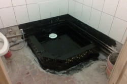Стены и пол необходимо обработать битумом, чтобы предотвратить появление гнили и плесени.