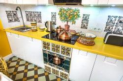 Кухня с расписной керамической плиткой