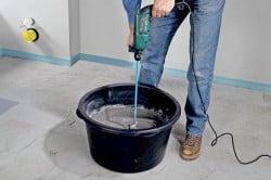 Процесс приготовления раствора для плитки