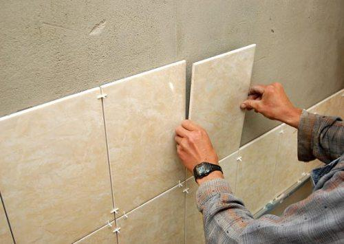 Как укладывать плитку на стену своими руками видео