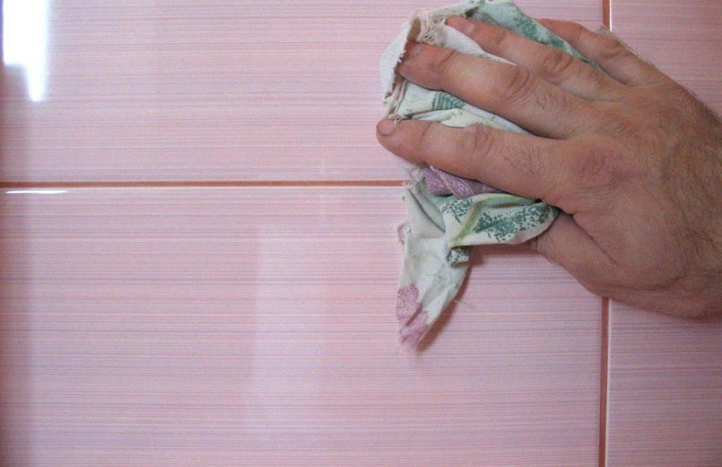 Для того, чтобы плитка радовала Вас долго, необходимо правильно затереть швы. Иначе проникнет грибок и затем плитка отвалится.