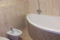Для маленьких ванных комнат отлично подойдут угловые ванны.