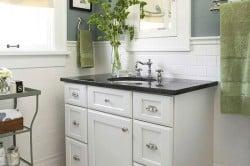 Для минимализма характерны наличие зеркал и шкафчиков.