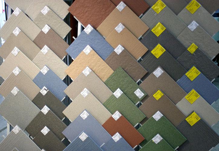 Керамическая плитка пользуется большим спросом для отделки квартиры. Она легка в монтаже и достаточно практична.