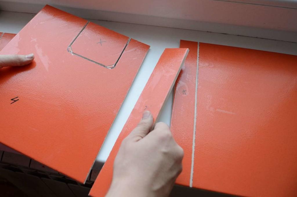 При укладке плитки возникает потребность в ее резке. Для того, чтобы края плитки были ровными используйте специальные инструменты.