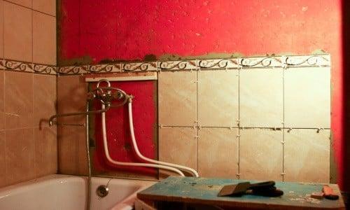 Как правильно клеить плитку в ванной