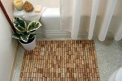 Для восточного стиля оформления ванной отлично подойдут коврики, сделанные под бамбук.
