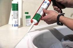 Заделка швов герметиком в ванной комнате