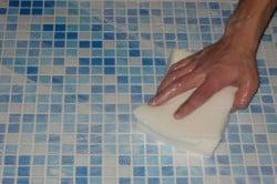Нанесение жидкости на плитку