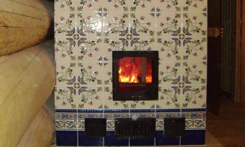 Печка, обложенная кафельной  плиткой